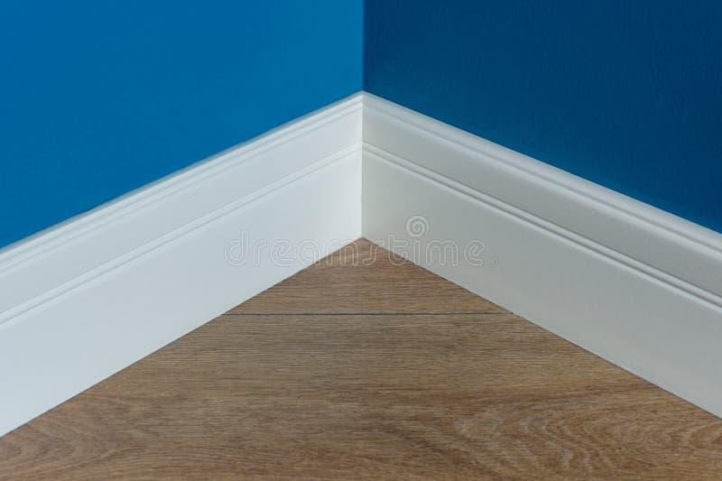 Moldar no canto Matte Wall azul com textura estratificada do carvalho da imitação imagem de stock royalty free