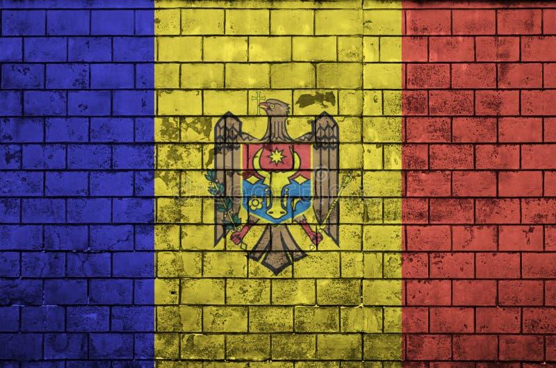 Moldau-Flagge wird auf eine alte Backsteinmauer gemalt lizenzfreies stockbild