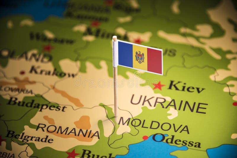 Moldau a identifié par un drapeau sur la carte photos libres de droits