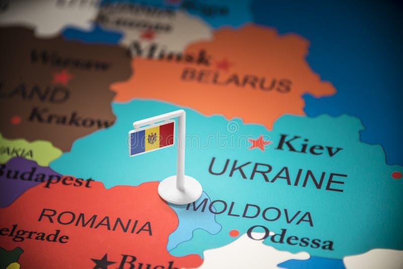 Moldau a identifié par un drapeau sur la carte photographie stock