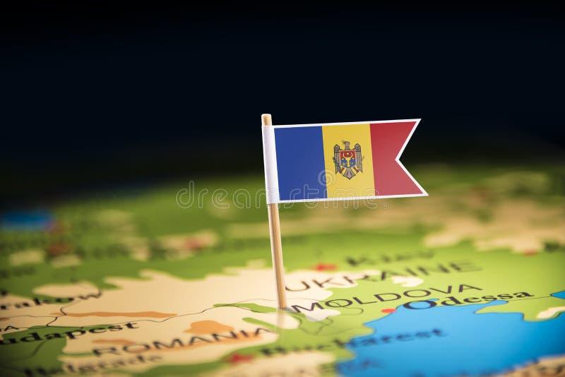 Moldau a identifié par un drapeau sur la carte photos stock