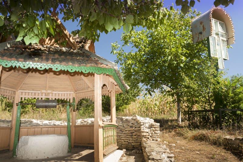 Moldau, Orhei Vechi, puits et un tombeau de bord de la route image libre de droits