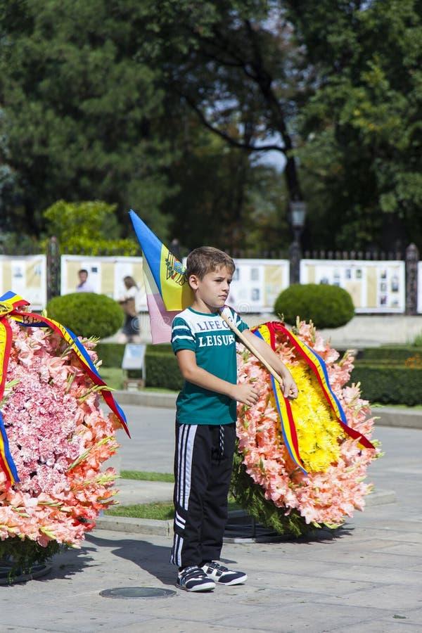 Moldavien Chisinau, pojken på monumentet till flaggan royaltyfria foton