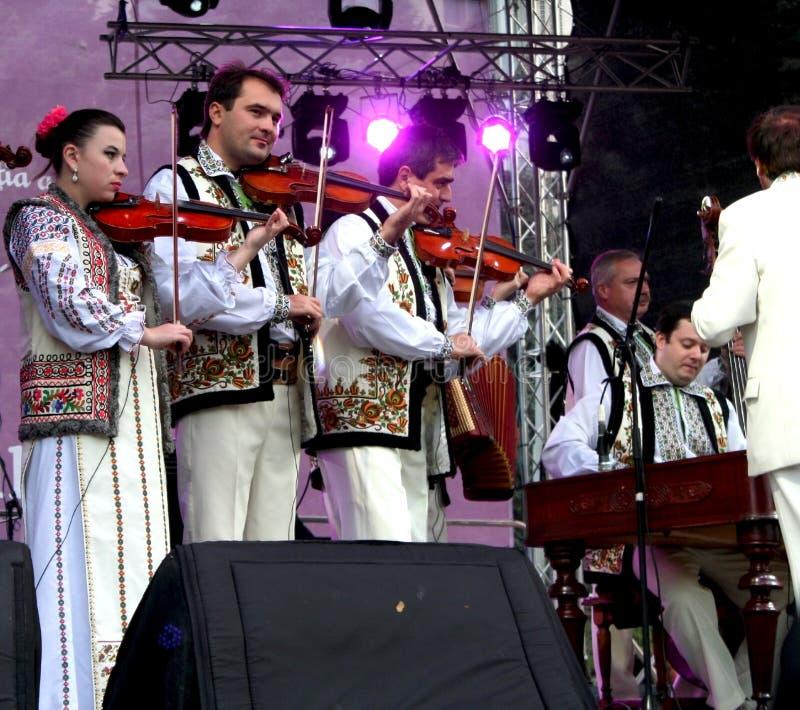 Moldaviska violinister i nationella dräkter royaltyfria bilder
