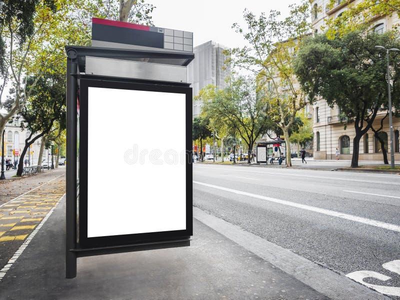 Molde ascendente trocista da bandeira do quadro de avisos no sinal de rua exterior da cidade dos meios do abrigo de ônibus foto de stock royalty free