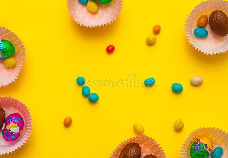 Molde com ovos, chocolate Ovos da páscoa deliciosos do chocolate, doces no fundo foto de stock royalty free