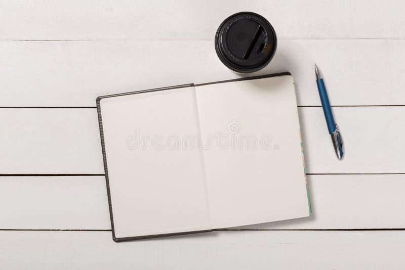 Molde de capa do livro vazio com a página na posição da parte anterior no fundo de madeira branco imagem de stock royalty free