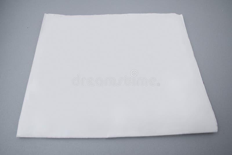 Molde de tampa do jornal do modelo no fundo cinzento com o trajeto de grampeamento pronto para sua arte finala foto de stock
