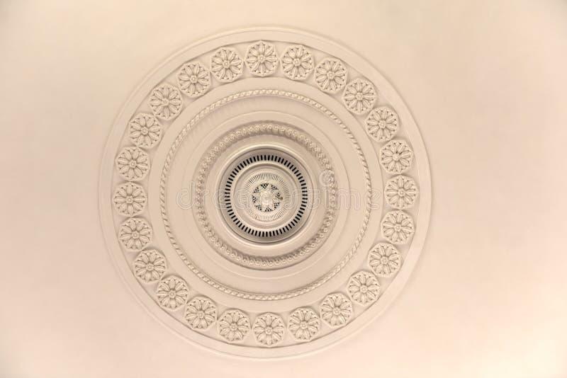Molde decorativo redondo do relevo do estuque do emplastro com os ornamento florais no teto branco fotos de stock