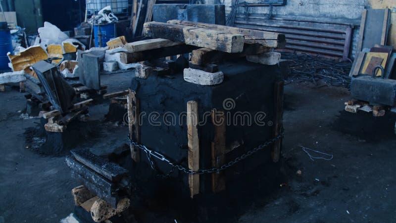 Molde do ferro fundido Metragem conservada em estoque Molde pressionado fixado por placas e por correntes no formulário cúbico pa fotos de stock