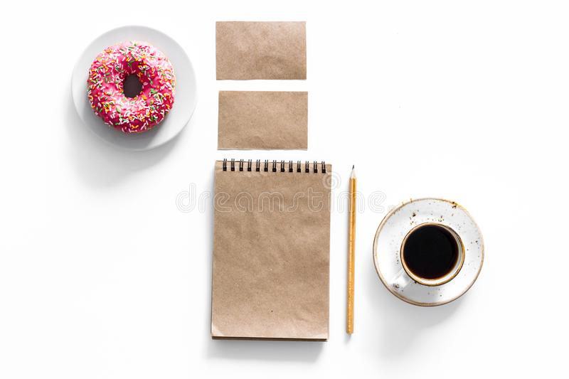 Molde do tipo do negócio do modelo Artigos de papelaria vazios feitos do papel do ofício para marcar perto do café e da filhós no fotografia de stock