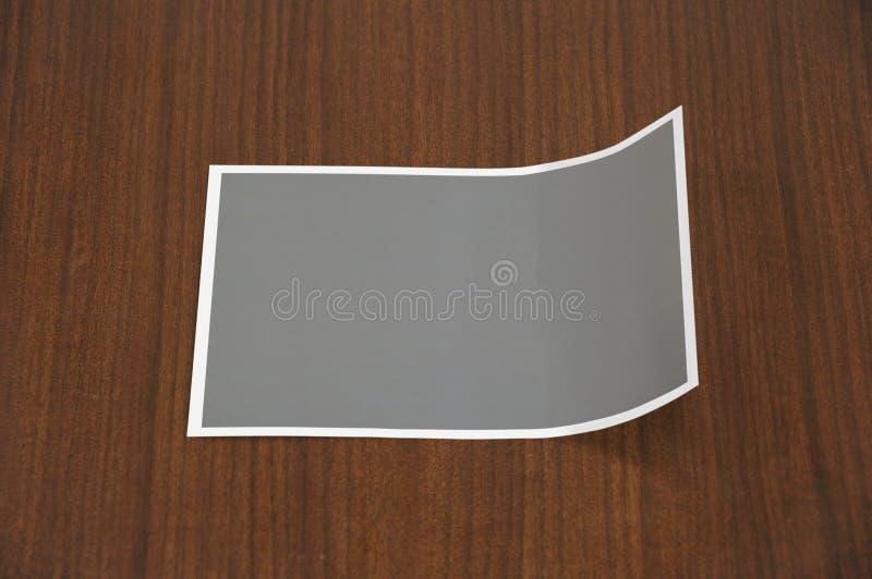 Molde dobrado vazio da foto no fundo de madeira Lado direito dobrado imagens de stock