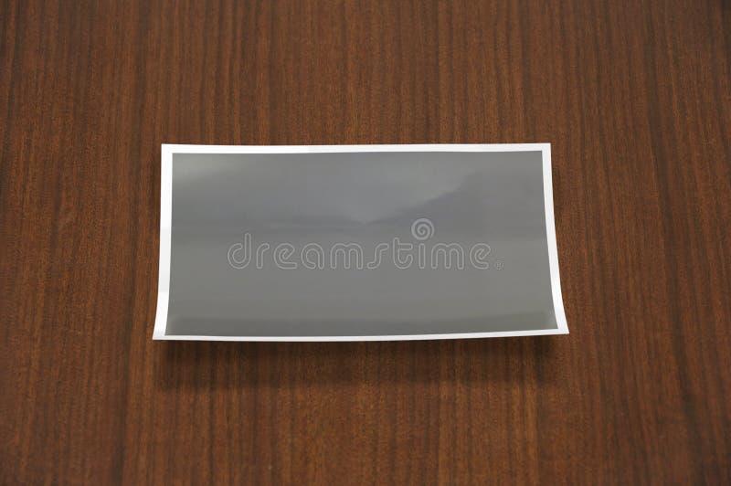 Molde dobrado vazio da foto no fundo de madeira Lateral inferior dobrado imagem de stock royalty free