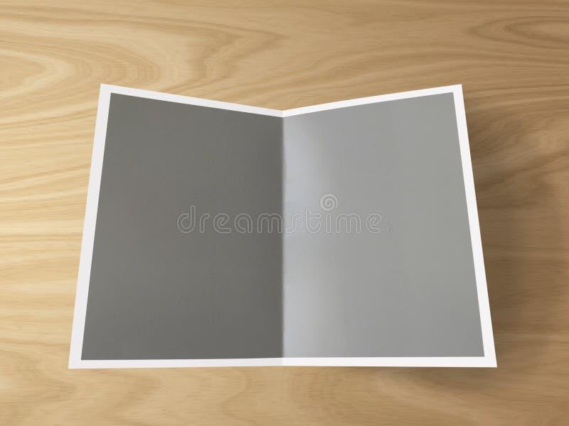 Molde dobrado vazio da foto no fundo de madeira Dobrado no meio fotos de stock royalty free