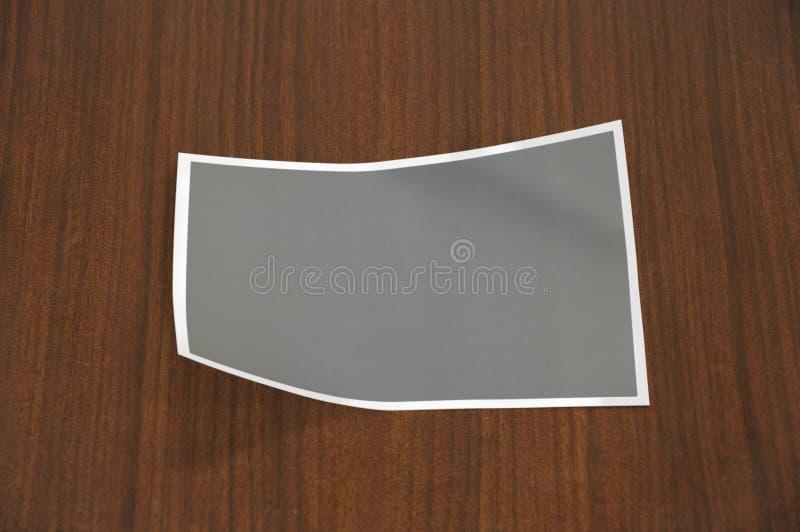 Molde dobrado vazio da foto no fundo de madeira O inferior esquerdo e os cantos direitos superiores dobraram-se foto de stock royalty free