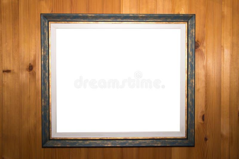 Molde isolado branco do trajeto de grampeamento na moldura para retrato velha na parede de madeira do vintage fotografia de stock