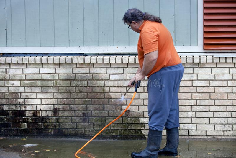 Molde powerwashing do homem da parede - DIY imagens de stock royalty free