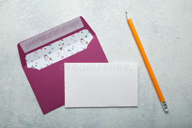 Molde vazio do convite para um casamento Fundo branco cor-de-rosa do envelope e do vintage Modelo fotos de stock