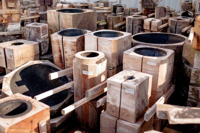 Moldes de madeira e formas para o sopro de vidro tradicional foto de stock