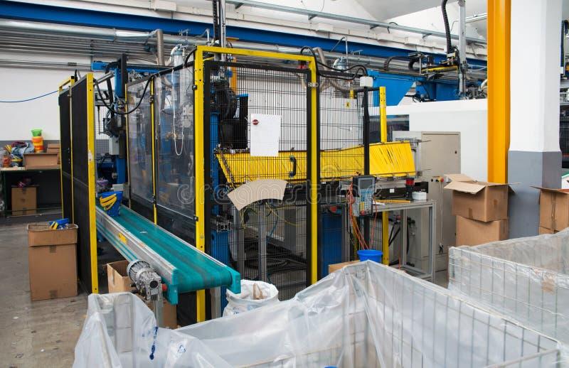 molding för maskiner för fabriksinjektion stor royaltyfri foto