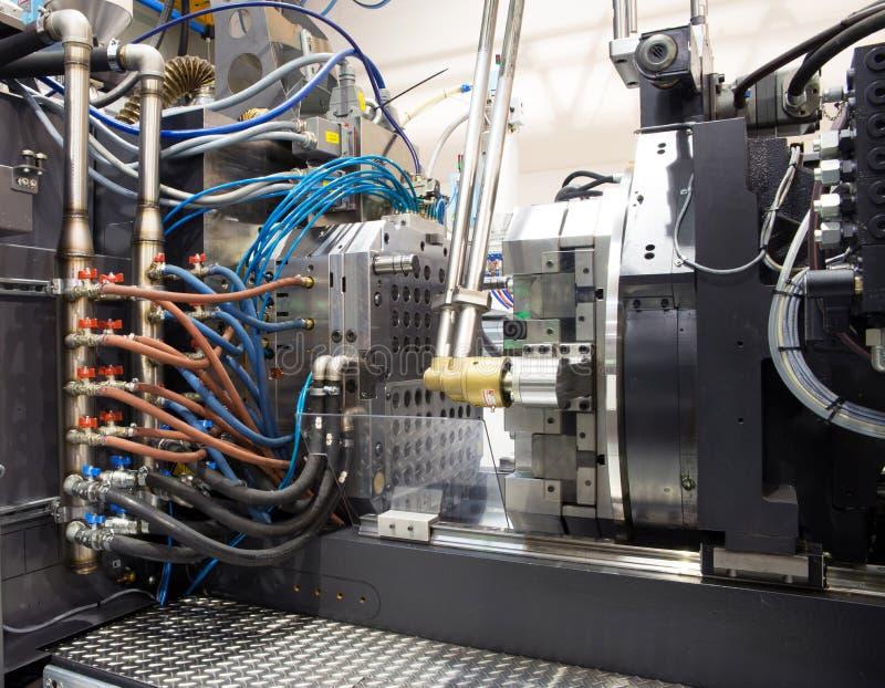 molding för maskiner för fabriksinjektion stor royaltyfri fotografi