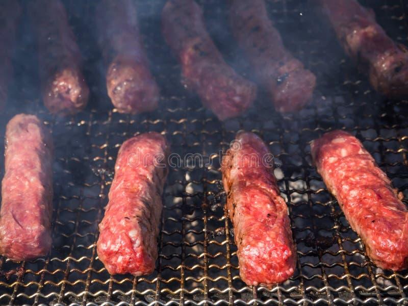 Moldovan-mititei und gekocht auf dem Grill im Rauche stockbilder