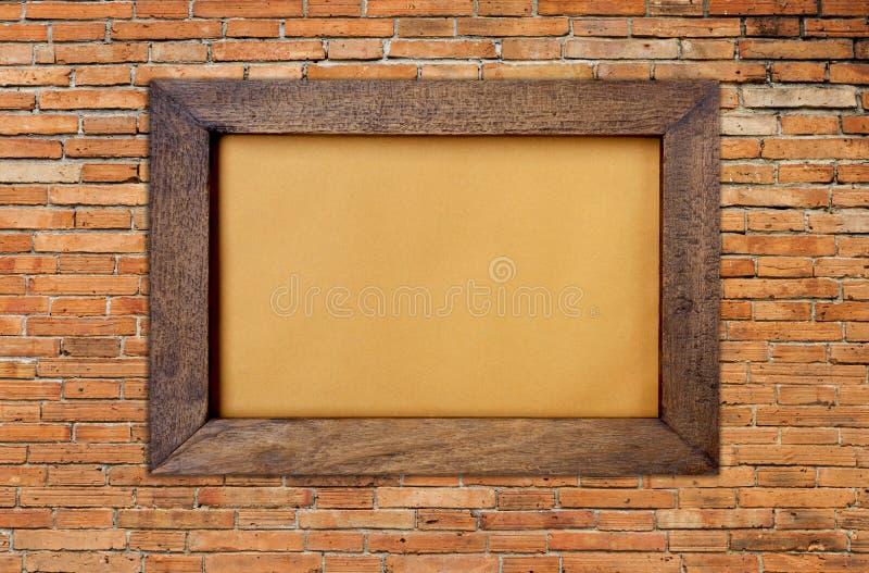 Moldura para retrato de madeira na parede de tijolo vermelho foto de stock