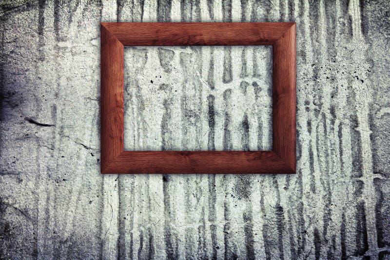 Moldura para retrato de madeira na parede velha imagem de stock