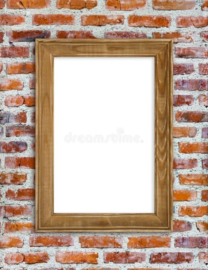 Moldura para retrato de madeira que pendura na parede de tijolo vermelho fotos de stock