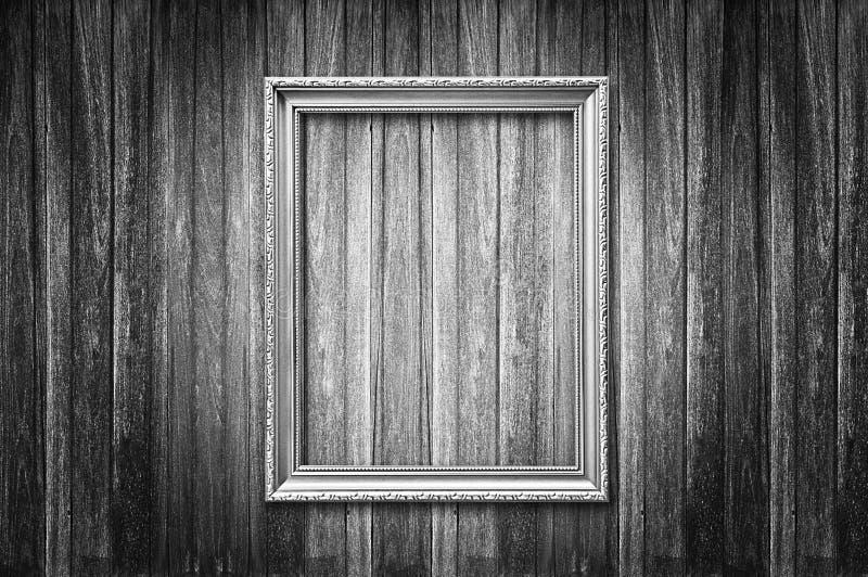 Moldura para retrato do estilo antigo na parede de madeira escura fotografia de stock