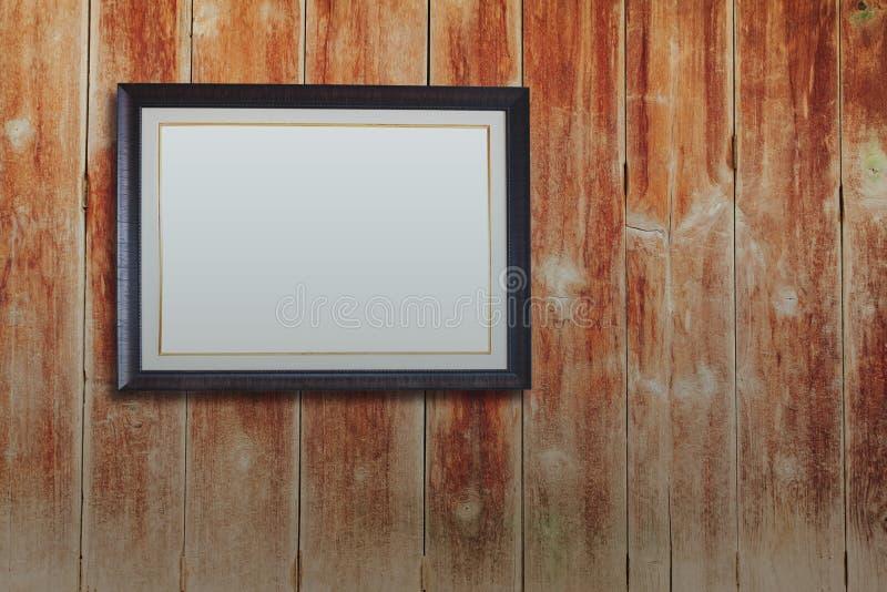 Moldura para retrato do vintage na parede de madeira imagem de stock