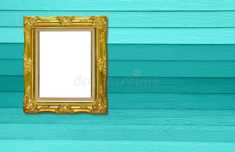 Moldura para retrato dourada antiga na textura de madeira fotos de stock royalty free