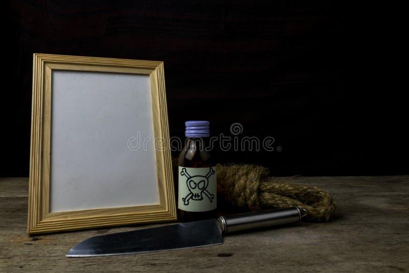 Moldura para retrato e veneno e faca foto de stock