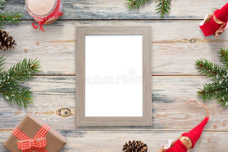 Moldura para retrato isolada cercada com decorações do Natal, ramos do abeto, bonecas, presentes e velas fotos de stock