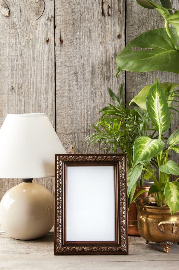 Moldura para retrato marrom vazia no fundo de madeira imagem de stock royalty free