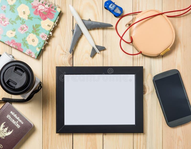 Moldura para retrato vazia do curso na tabela de madeira com artigos do curso fotos de stock royalty free