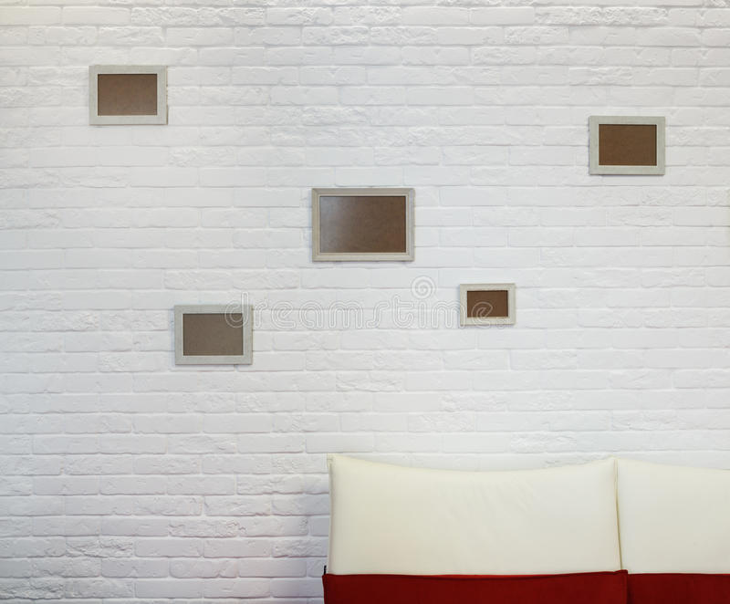 Moldura para retrato vazia na parede de tijolo branca imagem de stock royalty free