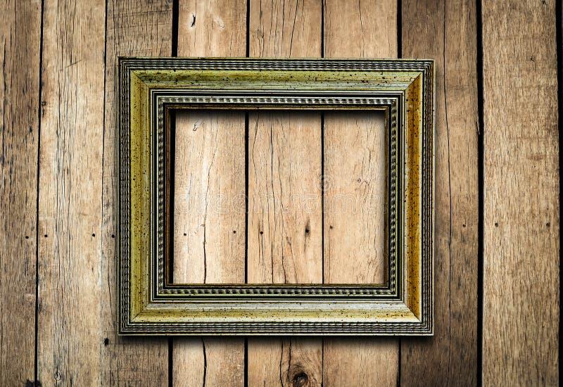 Moldura para retrato velha na parede da madeira do vintage. imagem de stock