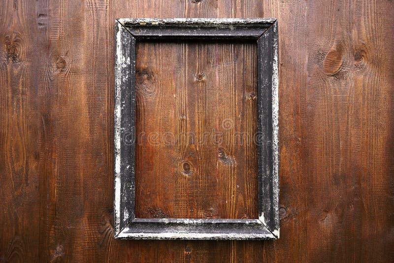 Moldura para retrato velha que pendura na parede de madeira fotografia de stock royalty free