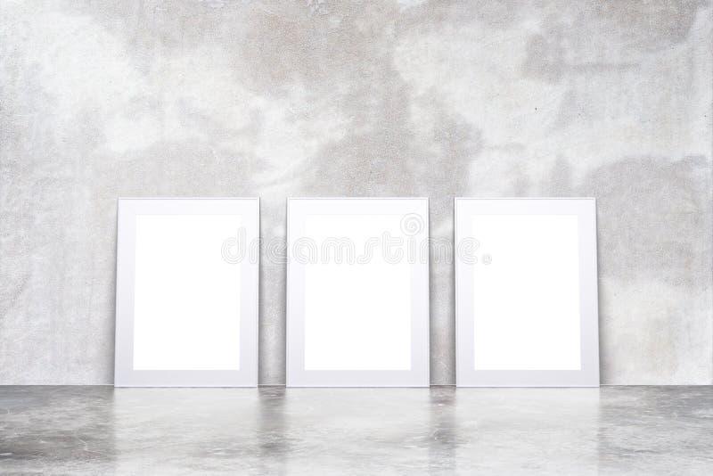 Molduras para retrato brancas vazias na sala vazia do sótão com floo concreto imagens de stock