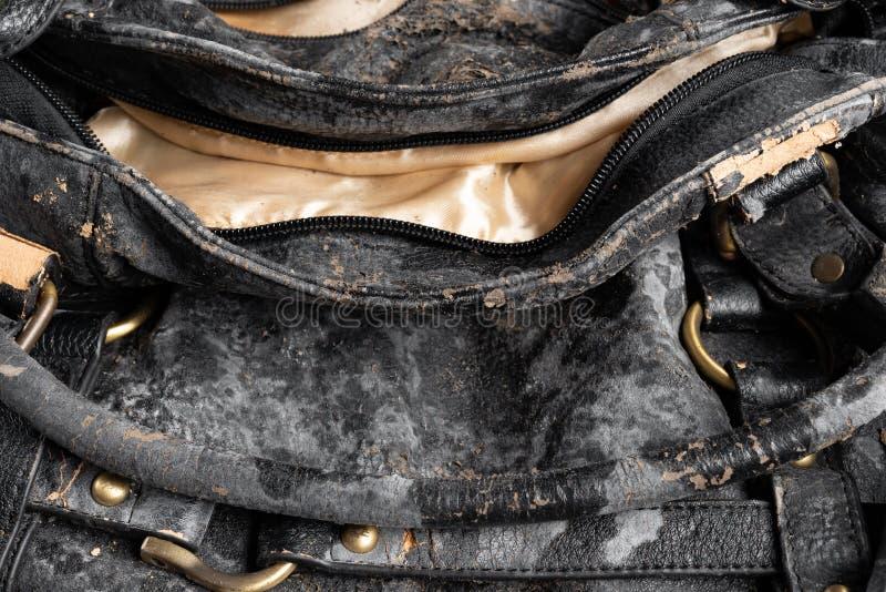 Moldy кожаная сумка на темном конце предпосылки вверх стоковые изображения