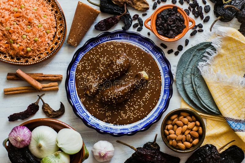 Mole Mexicano, Poblanomolebestandteile, mexikanische würzige Nahrung traditionell in Mexiko stockbilder