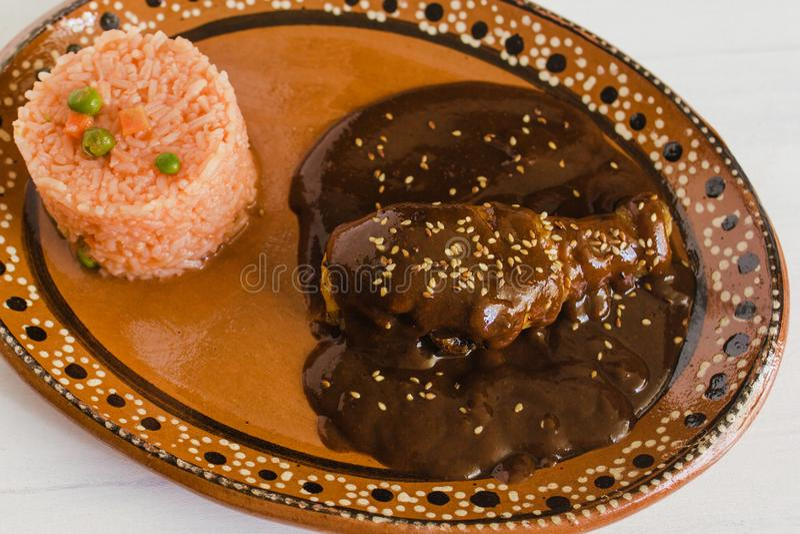 Mole Poblano mit Huhn und Reis ist mexikanisches Lebensmittel in Puebla Mexiko lizenzfreie stockbilder