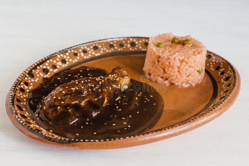 Mole Poblano mit Huhn und Reis ist mexikanisches Lebensmittel in Puebla Mexiko lizenzfreie stockfotografie
