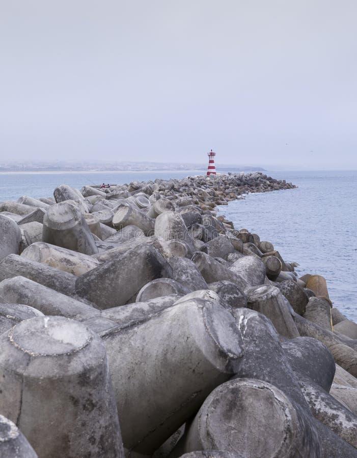 Mole y breaker de olas en el faro en el puerto de Peniche, Portugal imagenes de archivo