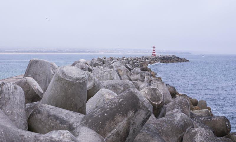 Mole y breaker de olas en el faro en el puerto de Peniche, Portugal fotos de archivo