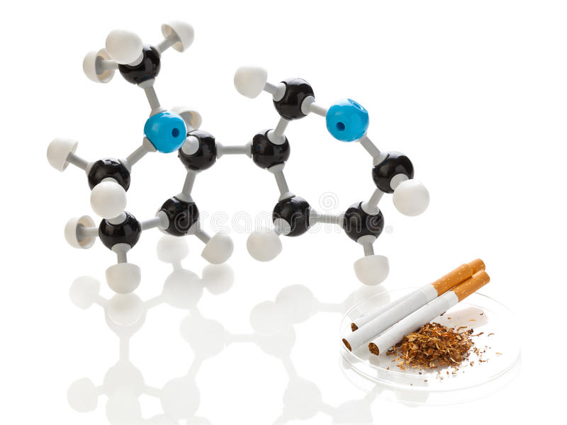 Molecola del nicotina con tabacco e le sigarette fotografie stock libere da diritti