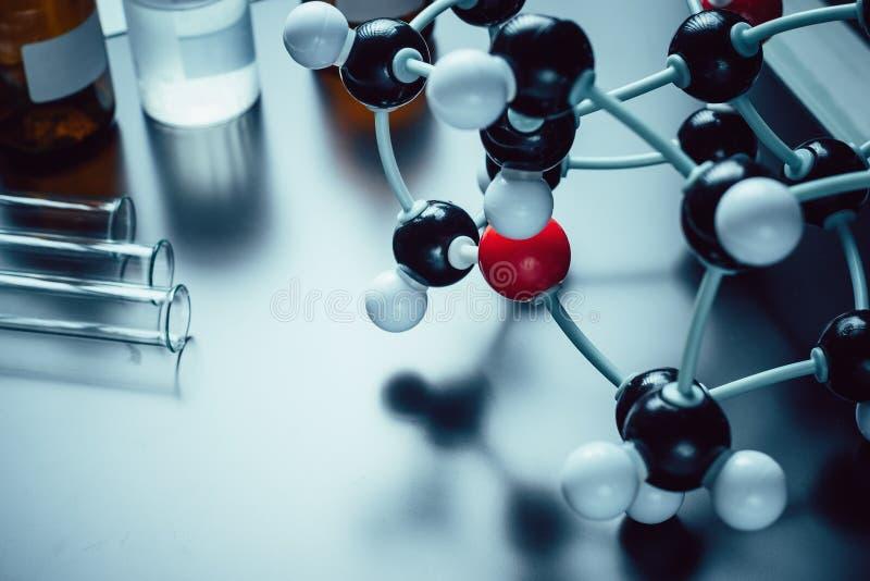 Moleculair formule en laboratoriummateriaal op een blauwe achtergrond met exemplaarruimte Concept van de wetenschaps het organisc stock afbeelding