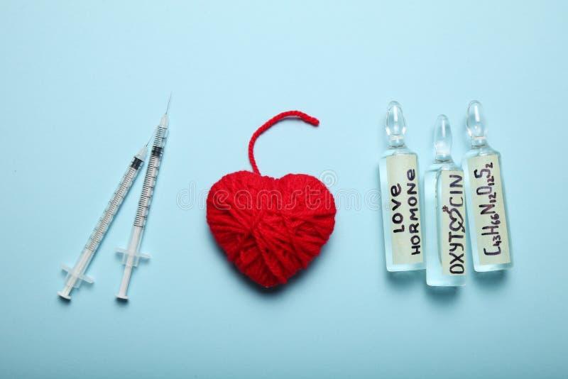 Moleculair liefdehormoon Seksuele chemieoxytocin Liefde en hart stock afbeeldingen