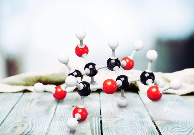 Moleculair structuurmodel op houten lijst stock afbeelding